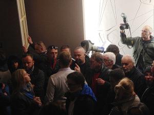 Poirytowanie wyraził personel kina, kiedy Rafał R. Suszek odczytywał przez megafon nadesłaną wcześniej petycję.