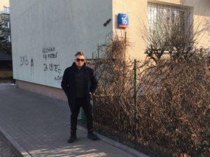 Muniek Staszczyk na podwórku przy ul. Przasnyskiej 16. Mieszkał tu na początku lat 90. | fot. Leszek Zając