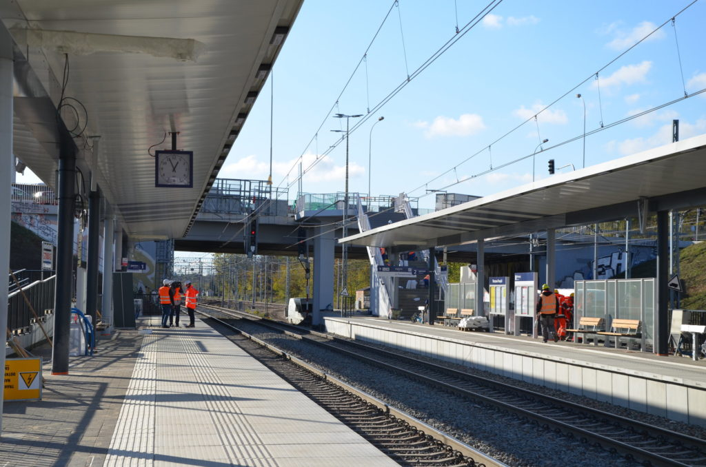 Peron przystanku Warszawa Powązki