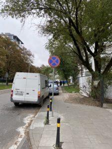 Zakaz parkowania przy Parzasnyskiej 5
