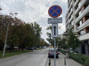 zakaz parkowania, nie dotyczy chodnika